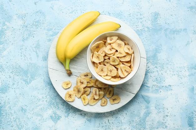 Bananas frescas e chips crocantes na cor