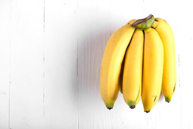 Bananas frescas em fundo de madeira.