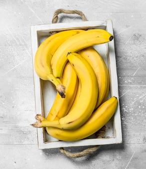 Bananas frescas em uma caixa de madeira.