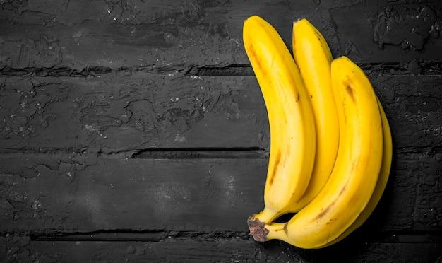 Bananas frescas inteiras.