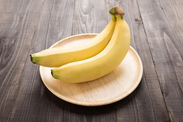 Bananas frescas na mesa de madeira