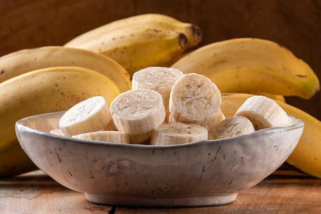 Bananas inteiras e cortadas em uma tigela