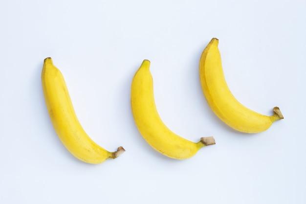 Bananas isoladas em um fundo branco. vista do topo