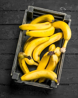 Bananas na caixa preta.