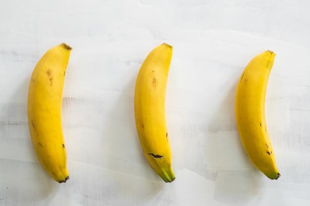 Bananas na mesa de madeira branca