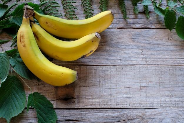 Bananas na mesa de madeira rústica