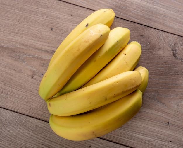 Bananas na mesa de madeira