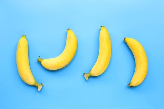 Bananas na superfície azul. vista do topo