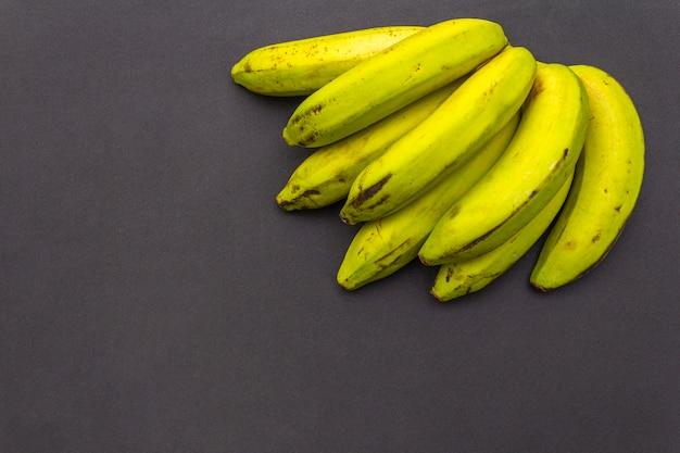 Bananas na superfície preta