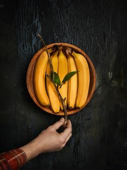 Bananas na tigela de madeira