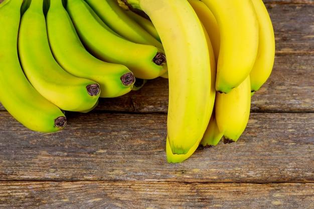 Bananas saborosas no fundo de madeira