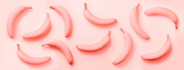 Bananas sobre cor coral