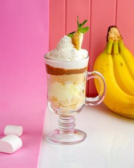 Bananparfait com biscoitos esfarelados iogurte chantilly caramelo e banana