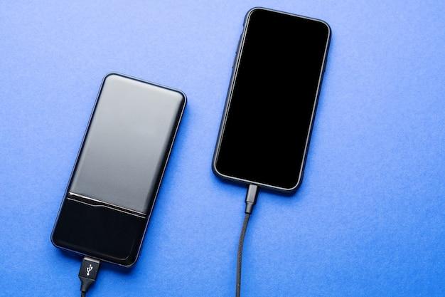 Banco black power cobra smartphone isolado na superfície azul