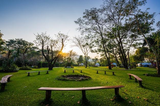 Banco de círculo e nascer do sol no parque