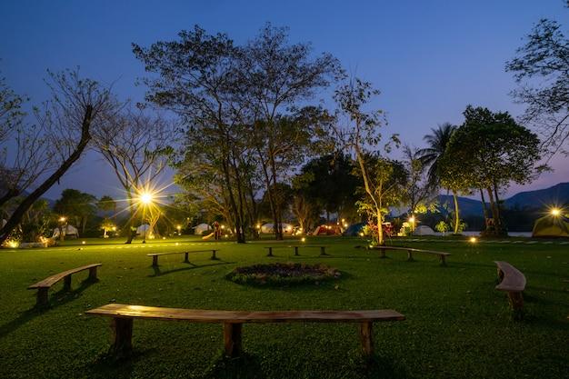 Banco de círculo sob uma lâmpada no parque à noite