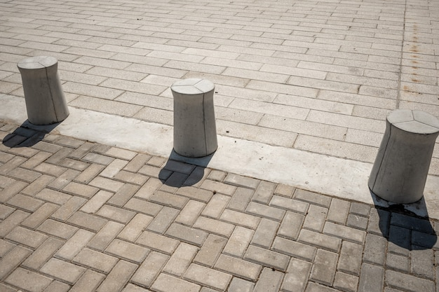 Banco de concreto de cilindros no fundo do parque