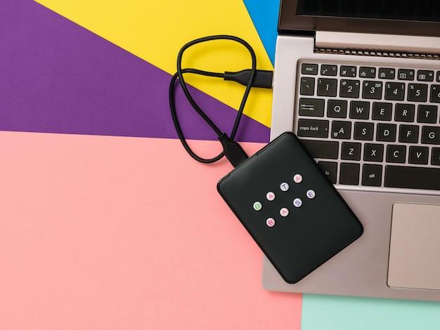Banco de dados de disco rígido externo rotulado conectado ao laptop