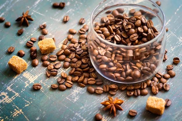 Banco de grãos de café no fundo de madeira velho