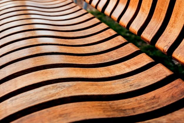 Banco de madeira do parque no parque. banco de jardim ao ar livre