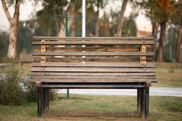 Banco de madeira em um parque em uma manhã ensolarada de inverno