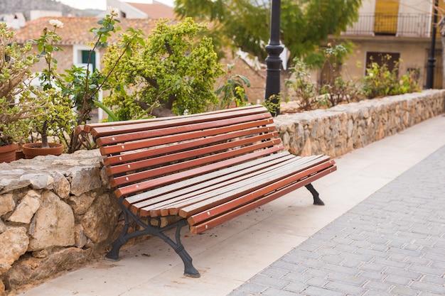 Banco de madeira no parque da cidade ao ar livre