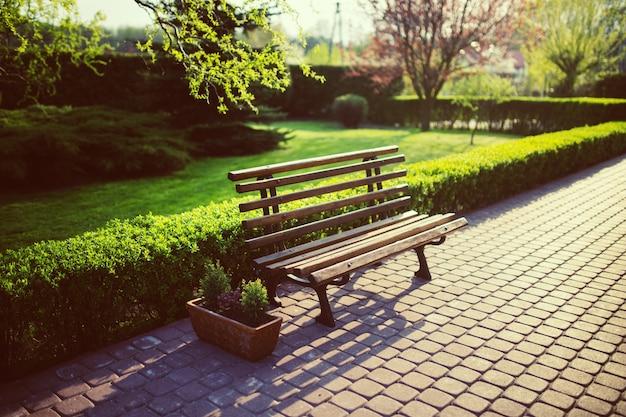 Banco de madeira no parque