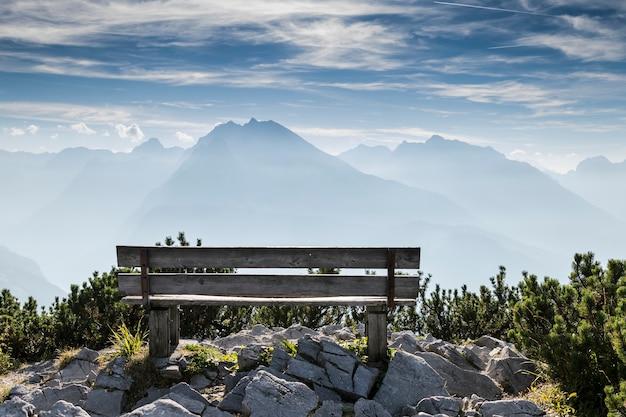 Banco de parque vazio em altas montanhas