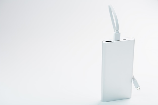Banco de potência para carregar seu smartphone bateria externa universal para espaço livre dos gadgets e composição minimalista.