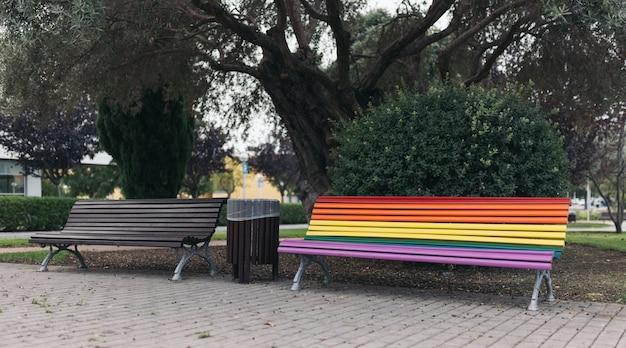 Banco de rua pintado com cores de orgulho