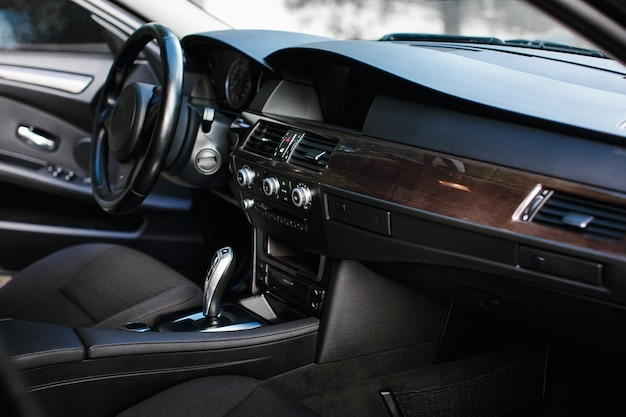 Banco dianteiro interno do carro interior de um carro moderno de prestígio