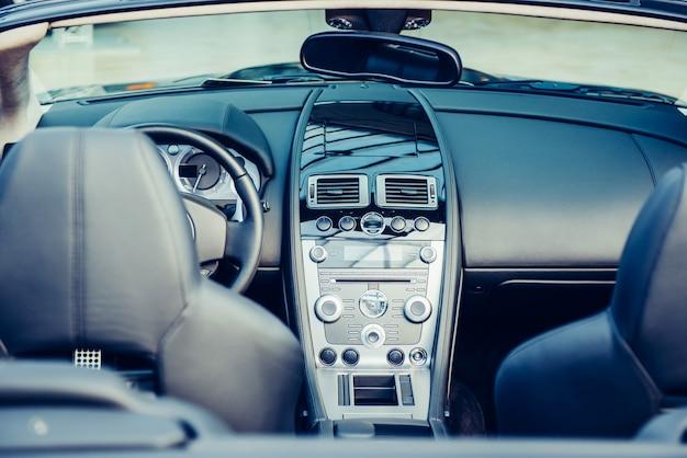 Banco do motorista no carro com um interior moderno