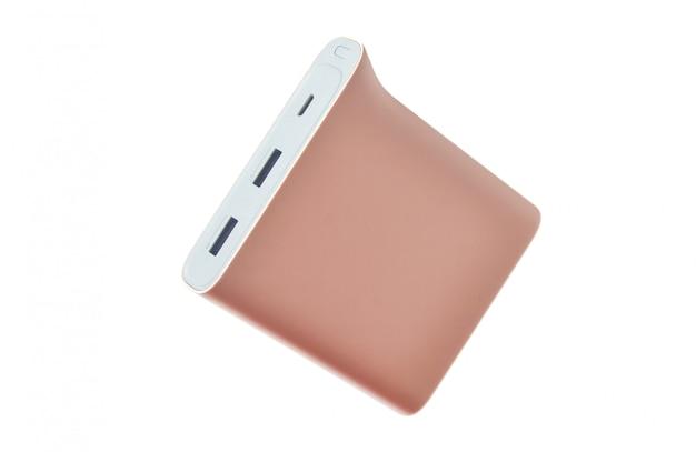 Banco do poder do rosa pastel isolado no fundo branco. bateria externa para smartphones e outros gadgets.