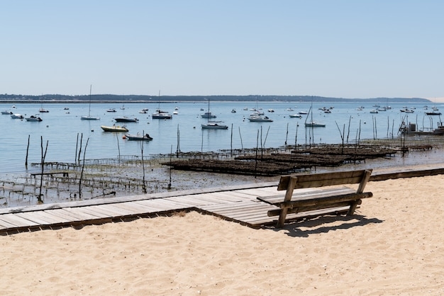 Banco na praia de areia da vila francesa l'herbe cap ferret na frança