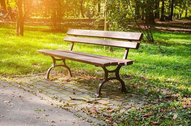 Banco no parque da cidade no outono paisagem de outono lindo parque de outono com tempo ensolarado