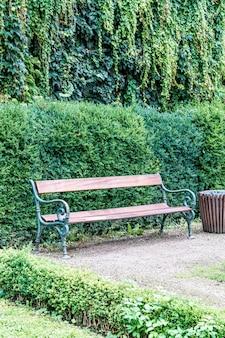 Banco vazio no parque