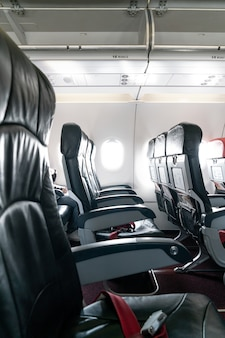 Bancos e janelas vazios da aeronave