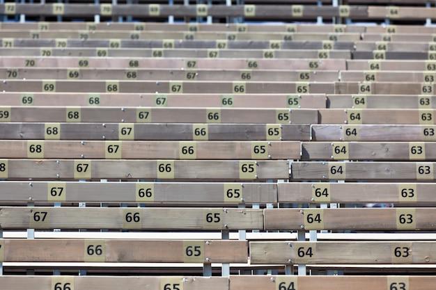 Bancos na arquibancada de madeira com números
