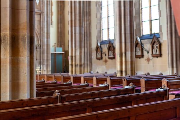 Bancos na igreja para oração