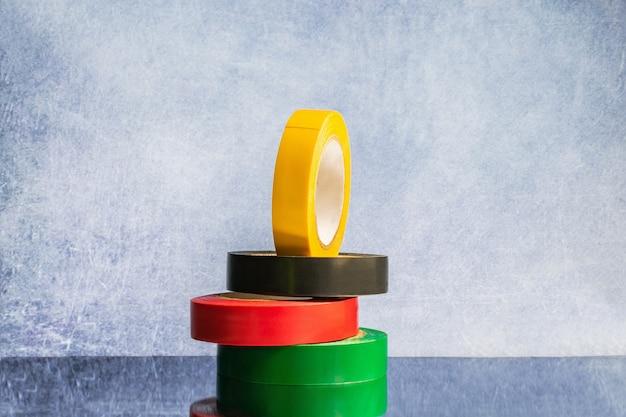 Banda de fitas de cores diferentes em um fundo cinza, copie o espaço