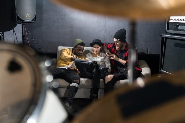 Banda de música relaxando no estúdio