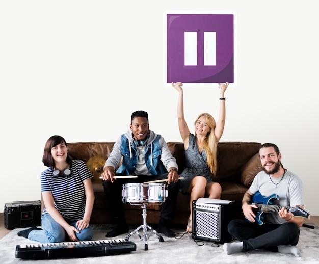 Banda de músicos segurando um ícone de botão de pausa
