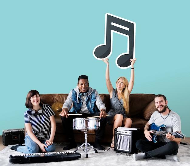 Banda de músicos segurando um ícone de nota musical