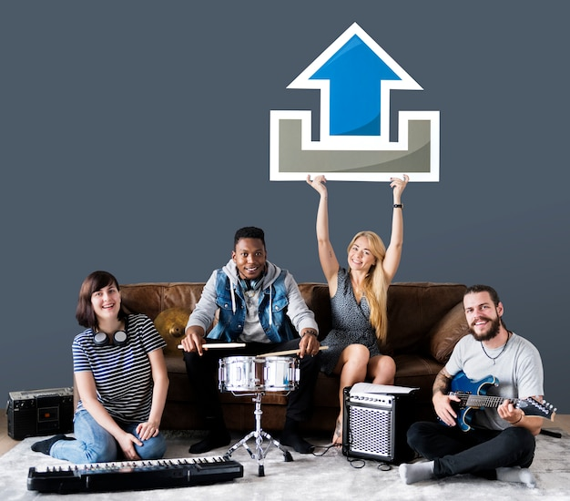 Banda de músicos segurando um ícone de upload