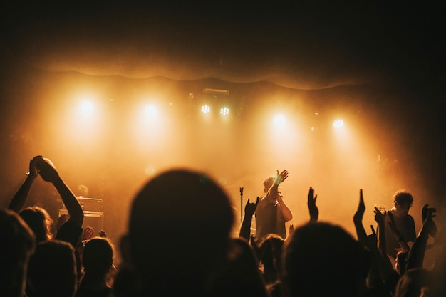 Banda de rock fazendo show em casa ao vivo na europa