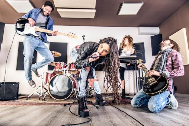 Banda de rock tocando em um estúdio de gravação
