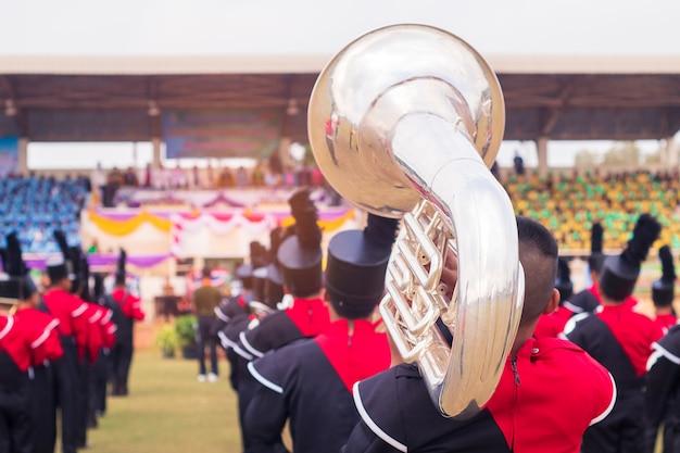 Banda militar de estudantes com tuba