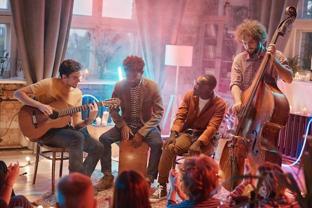 Banda musical tocando diferentes instrumentos musicais para outras pessoas no estúdio