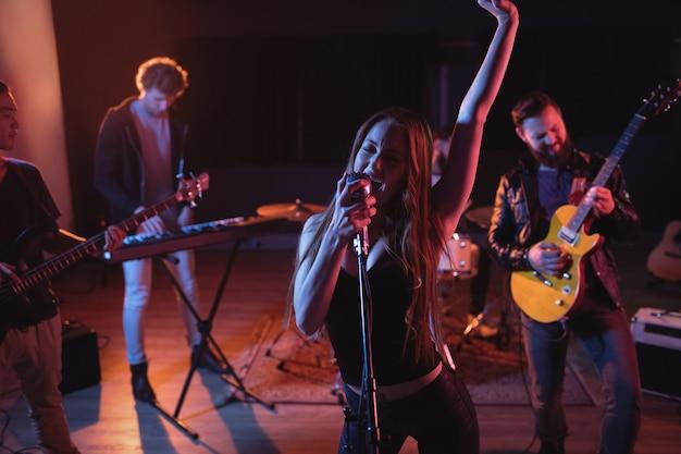 Banda se apresentando em estúdio