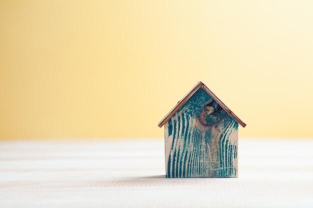 Bandagem em um cofrinho e uma casa
